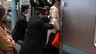 Métro japonais à l'heure de pointe