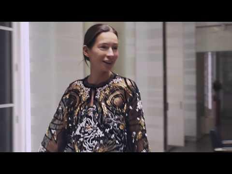 За кулисами подготовки к шоу Chanel Métiers D'art 2019/2020