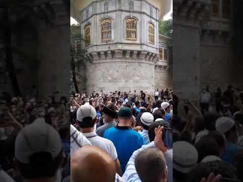 حشود تركية كبيرة تستعد منذ الليلةالماضية للدخول في مسجد آيا صوفيا لأداء أول صلاة جمعةفيه منذ86 عامًا