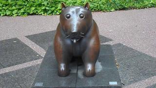 銅像は、グランパークのシンボルのグランちゃんです。天気は雨でした。