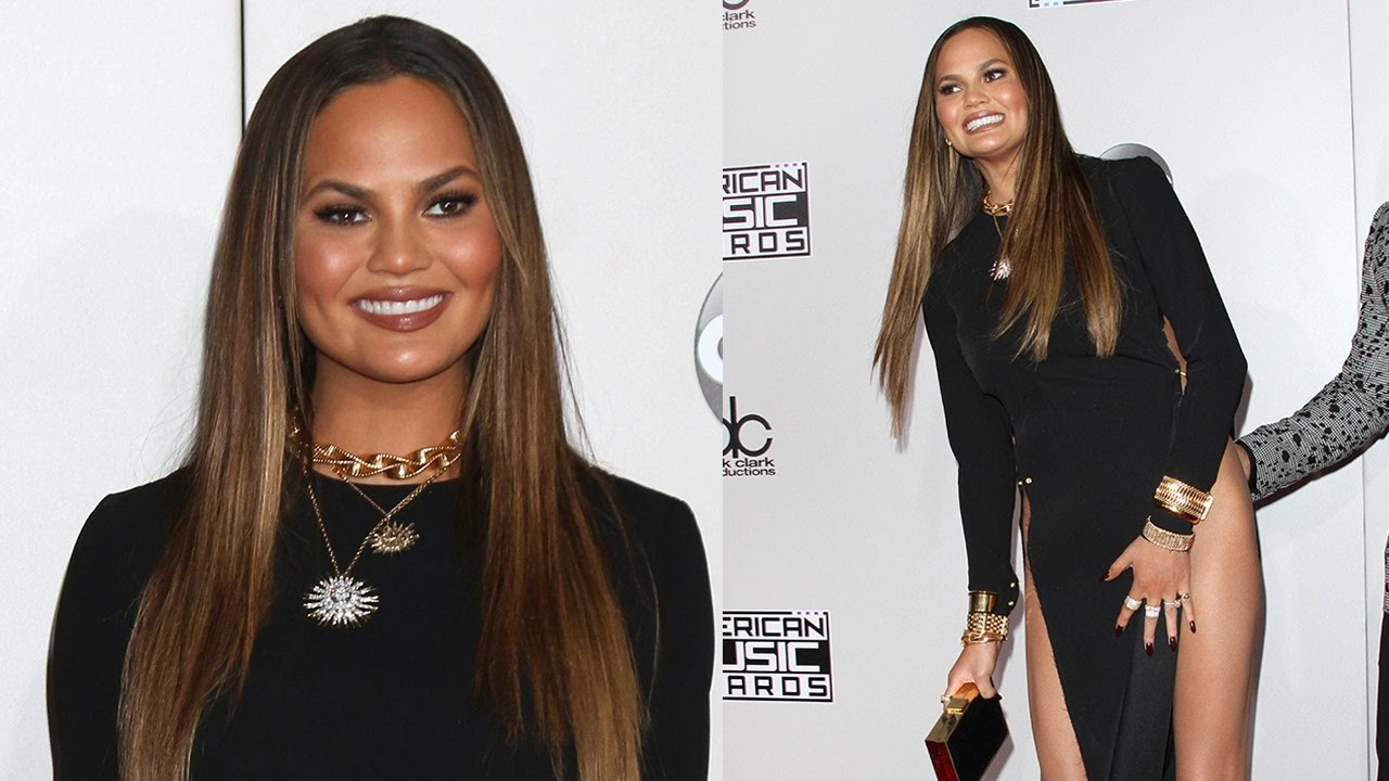 Chrissy Teigen Handles AMA Wardrobe Malfunction In The Best Way ...