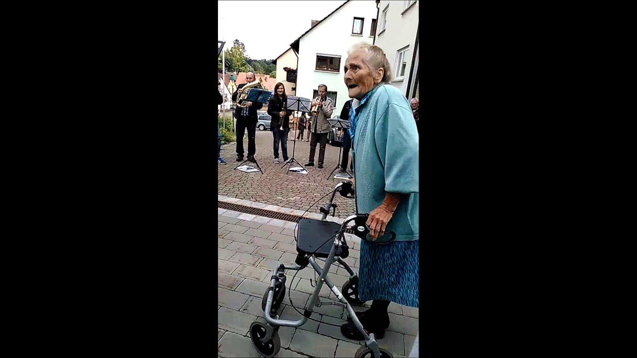 Oma Mit Rollator Zum Aufziehen