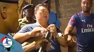 Baixar Chinese Man Grabs a Police Gun During His Arrest in Kenya