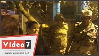دلال عبد العزيز تلتقط صورا تذكارية مع رجال الجيش بعد الإدلاء بصوتها فى الدقى