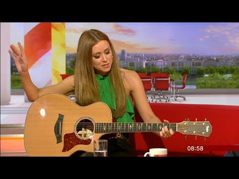 UNA HEALY Never See Me Cry acoustic performance