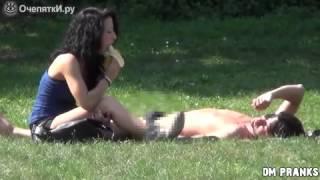 Девушка сосёт банан
