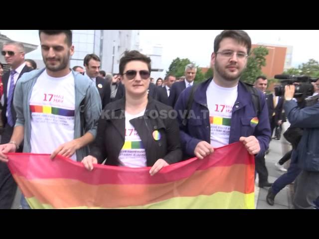Komuniteti LGBT mban marsh në Prishtinë, merr pjesë edhe Presidenti - 17.05.2016 - Klan Kosova
