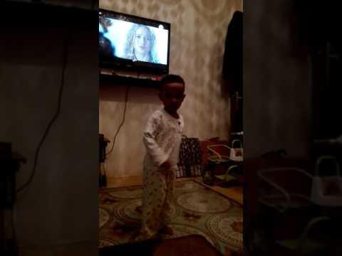 طفل يرقص علي أوتار سودانيه thumbnail