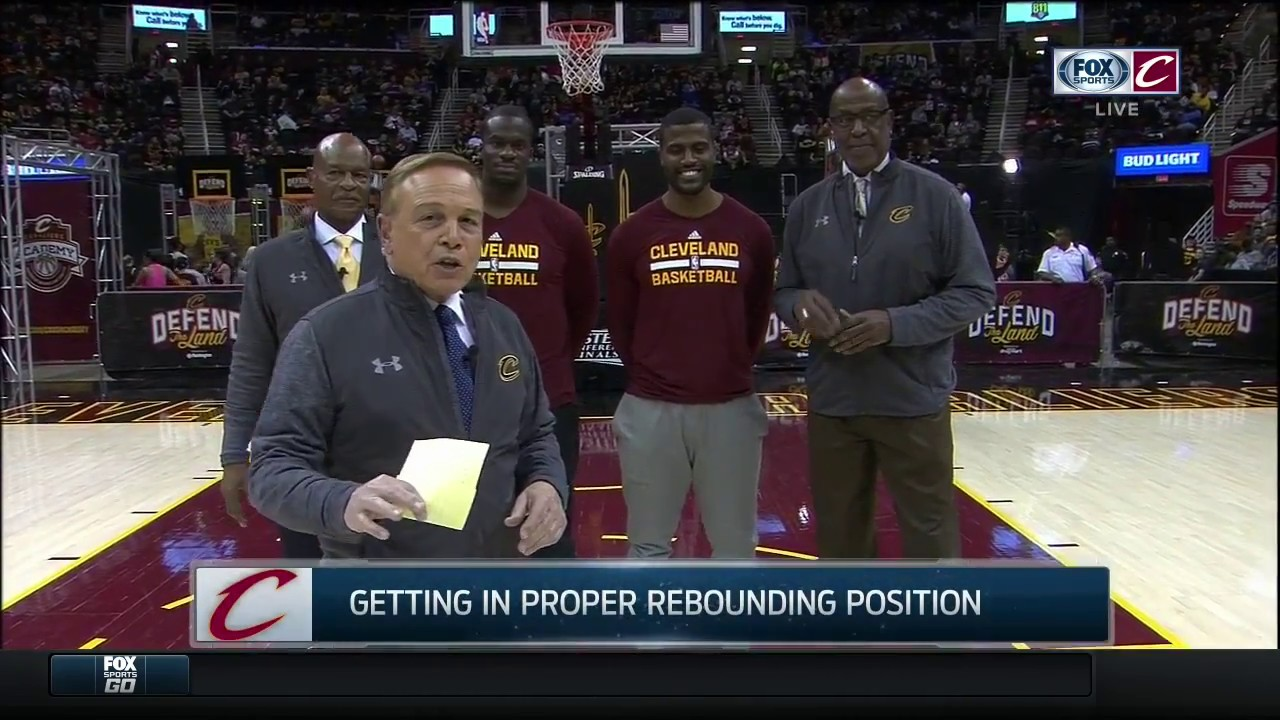 Mike Fratello Austin Carr & Campy Russell give Cleveland
