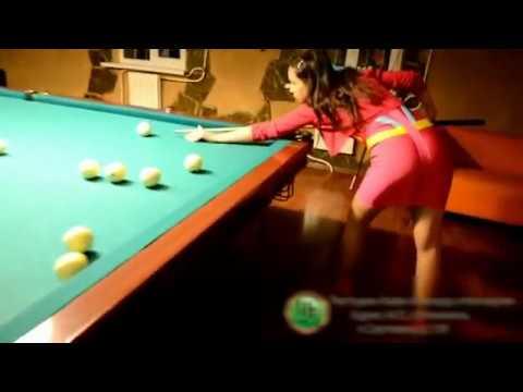 сексуальная девушка играет в бильярд
