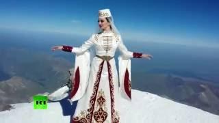 Выступление солистки московского ансамбля танцев на вершине Эльбруса претендует на рекорд Гиннесса thumbnail