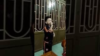 Bé 9tuổi hát karaoke bài phía sau một cô gái