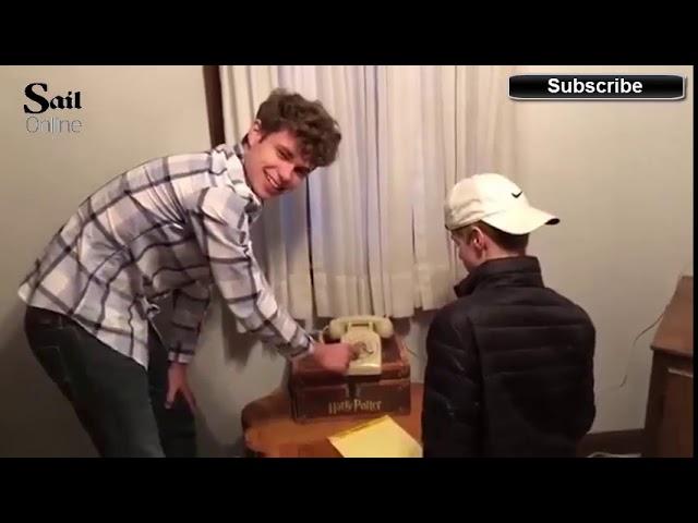 Смешна снимка од тинејџери кои се обидуваат да заѕвонат на телефон со бројчаник на вртење