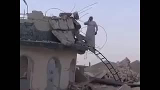 العراق.. مؤذن يعتلي قُبة مسجد مُدمَّر في الموصل ويصدح بالأذان (فيديو)