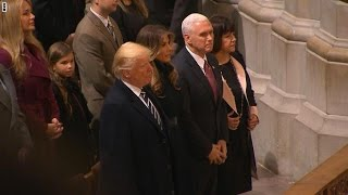 ترامب يستمع للقرآن بمراسم في كاتدرائية بواشنطن