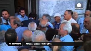 #Кризис в Греции: очереди за пенсиями(Греческие пенсионеры выстраиваются в длинные очереди в банки, открытые только для тех, у кого нет банковски..., 2015-07-02T17:00:40.000Z)
