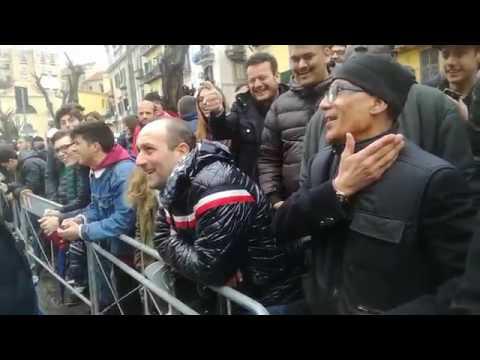 Che coraggio! Un tifoso juventino grida Forza Juve vicino a mille tifosi napoletani