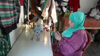أخبار حصرية | أم محمد لاجئة سورية تقوم بتدريب لاجئات على #الخياطة