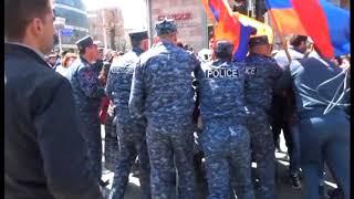 Քաշքշուք  վանաձորցի ցուցարարների ու ոստիկանության միջև՝ փողոցներ փակելու ժամանակ:
