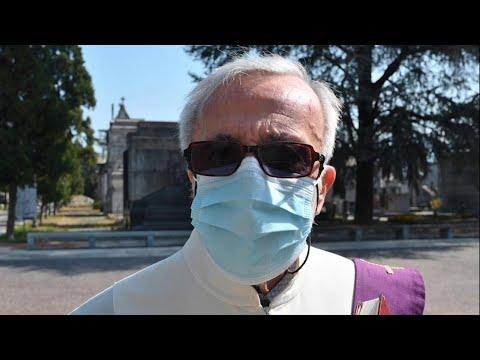 Coronavirus, amarezza del prete al cimitero di Torino: '50 defunti al giorno, prego per tutti'