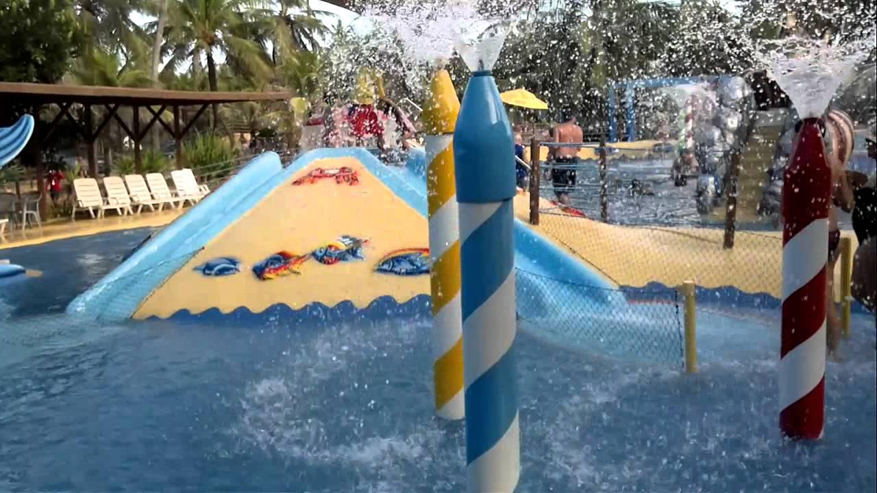 Crianças Se Divertindo No Parque: Criança Se Divertindo No Parque Aquatico Do Beach Park