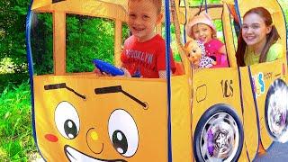 Алекс и Настя играют под детскую песенку Колеса у автобуса крутятся
