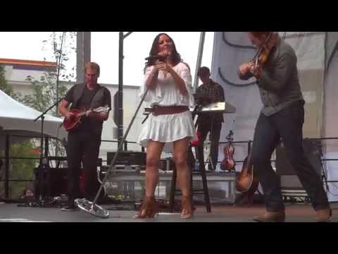 Sara Evans sings Coalmine at Baltimore Horseshoe Casino