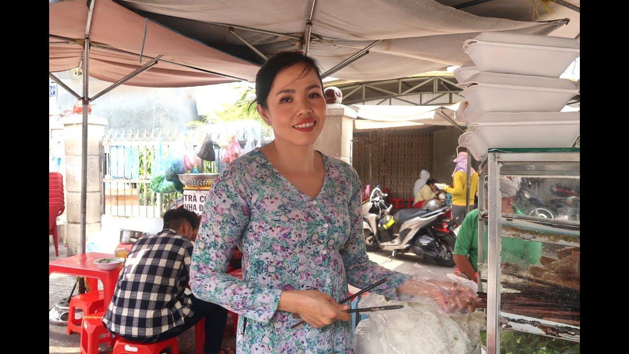 Chị gái U50 ở Sài Gòn bán bún thịt nướng siêu đông