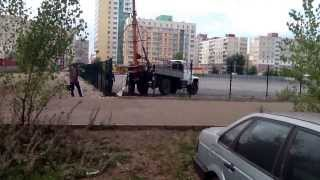 Установка железобетонных опор ЛЭП на площадку автостоянки(, 2013-09-05T17:58:54.000Z)