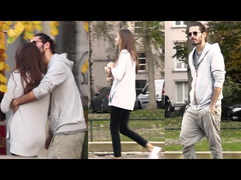 Zakochany Radzimir Dębski całuje dziewczynę na ulicy