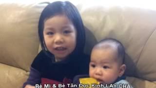 Bảo Mi (4 tuổi) Bé Tân (4 tháng) Đọc kinh Lạy Cha