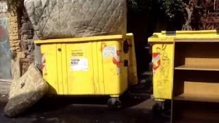 Inciviltà a Catania: materassi e mobili abbandonati nei cassonetti.(tramite YouTube Capture., 2016-09-07T08:52:23.000Z)