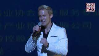 Jonny Blu 蓝强 Live at The Kodak Theater (Hollywood, CA) 演唱《 飞得更高》和《朋友》(Performance begins at 2:41)