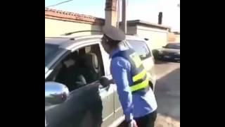 بالفيديو.. سيدة تفتح طفاية الحريق في وجه ضابط مرور