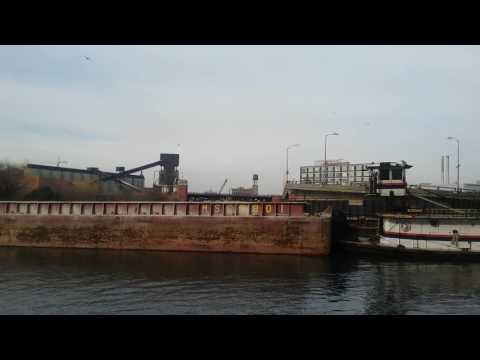 BARGE TRAFFIC ON THE NORTH BRANCH OF THE CHICAGO RIVER / REDEVELOPMENT