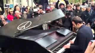 موسيقار يعزف للسلام قرب مسرح باتاكلان