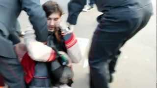 Арест участника акции в Москве за разрезание цепи(, 2012-09-01T19:44:40.000Z)