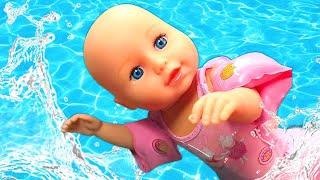 Video e giochi con le bambole Nenuco e Barbie. Una giornata in piscina. Giocattoli educativi