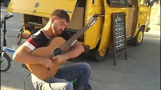 Как же он красиво играет на гитаре! Заслушаешься.