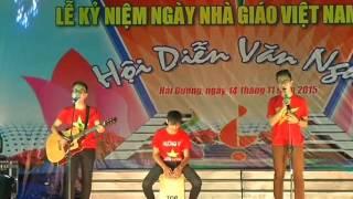 Học sinh lớp 12L Trường THPT Hồng Quang -Biểu diễn trong trang phục áo cờ đỏ sao vàng