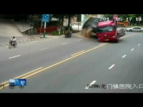 อุบัติเหตุรถบรรทุกพลิกคว่ำมอไซค์รอดหวุดหวิด