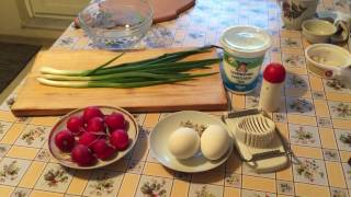 Салат весенний. Редиска, яйца, лук, сметана.