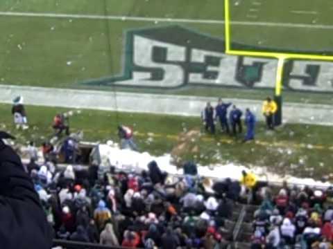 snowball fight at philadelphia eagles game.AVI