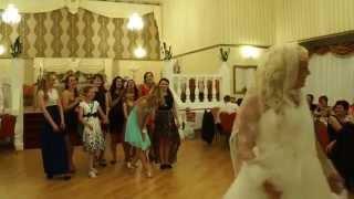 Невеста бросает букет-дублер! Прикол!