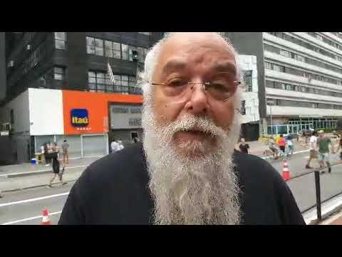 O músico Erismar do Espírito Santo se manifesta contra os cortes da cultura em São Paulo