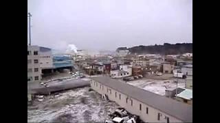 Jordskælv, tsunami og eksplosion.