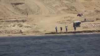 شاهد:  ماذا فعل عمال قناة السويس الجديدة  عندما شاهدوأول سفينة تعبر امامهم