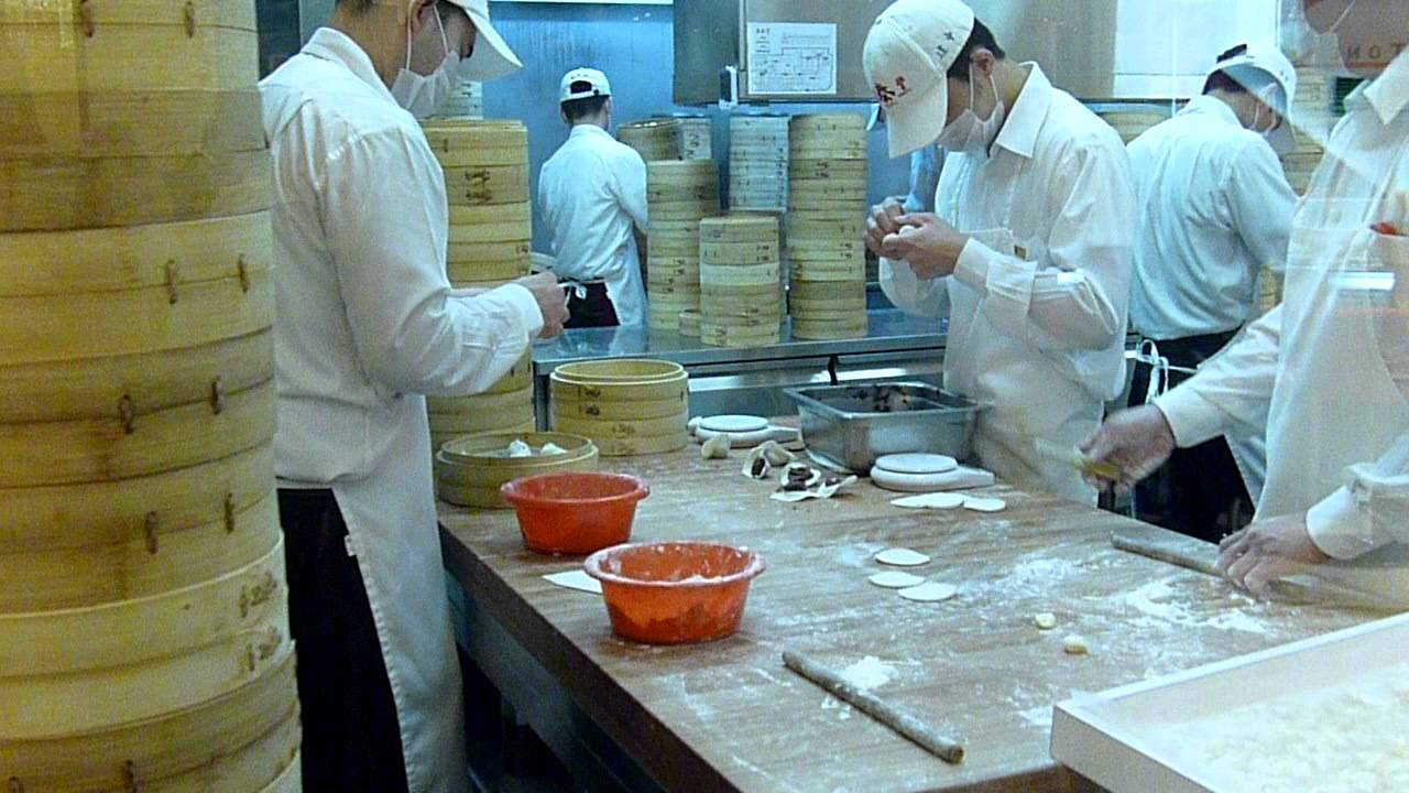 Din Tai Fung Kitchen - Making Shao Lin Bao - YouTube