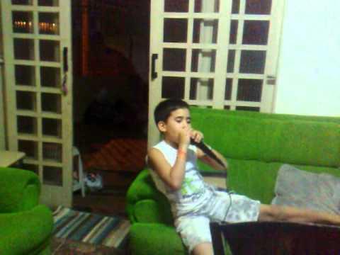 Edy usando Karaoke''