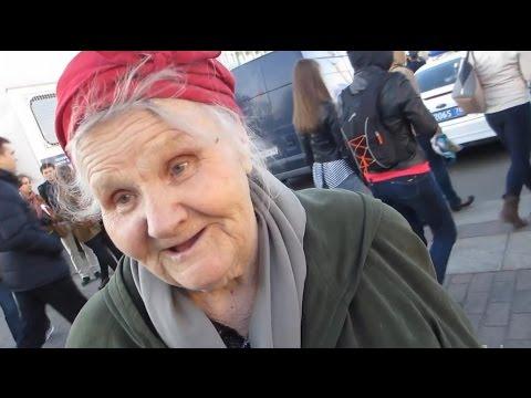 Бабушка читает стих.
